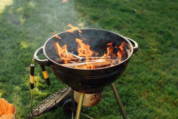 barbeciu-grill-s-ohnom-v-zahrade-na-trave