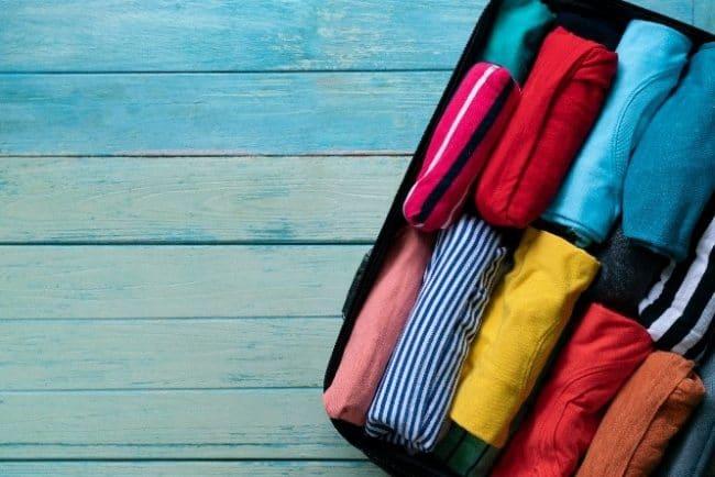 Prekladanie, rolovanie a organizovanie oblečenie do šuplíka