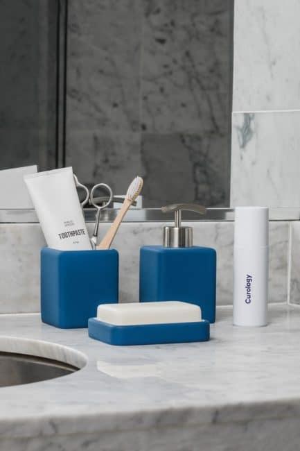Oživenie svetlé kúpeľne modrými doplnkami