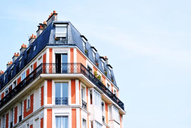 Pohľad na byty v horných poschodiach bytového domu