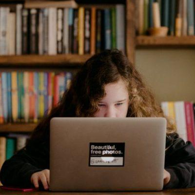dieťa_online_škola_v_obývačke
