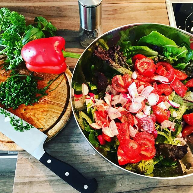 šalát_zelenina_miska_nožík_denko_príprava_jedla