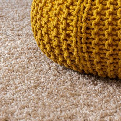 koberec-v-interieri-puff-jemne-farby