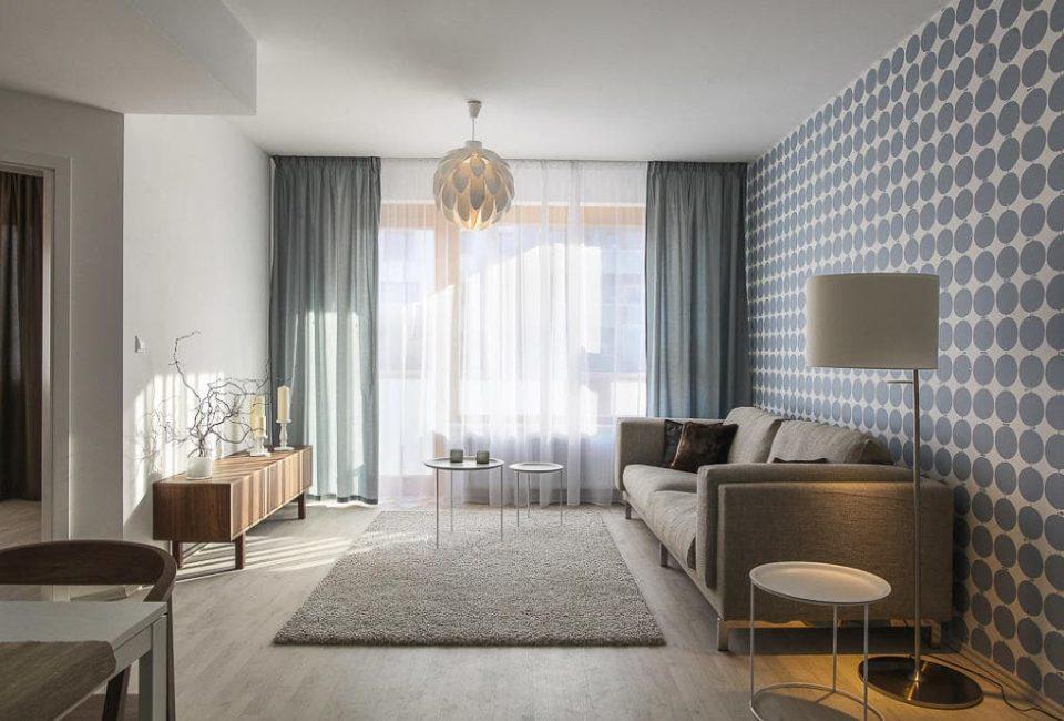 siva_pohovka_v_modernom_interiéri