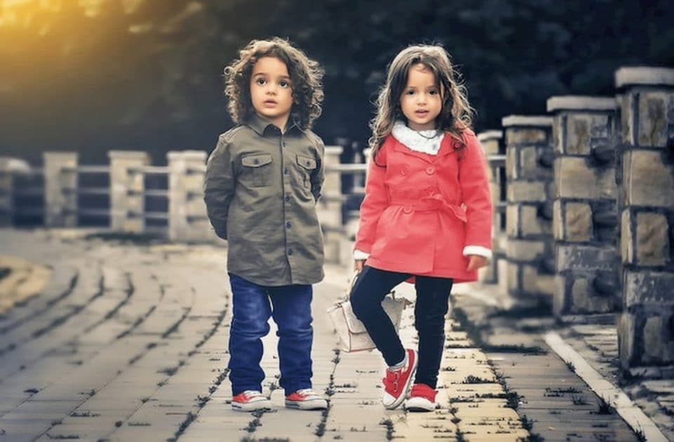 chlapcek-dievca-detske-topanky-s-tenkou-podrazkou-jesenne-oblecenie