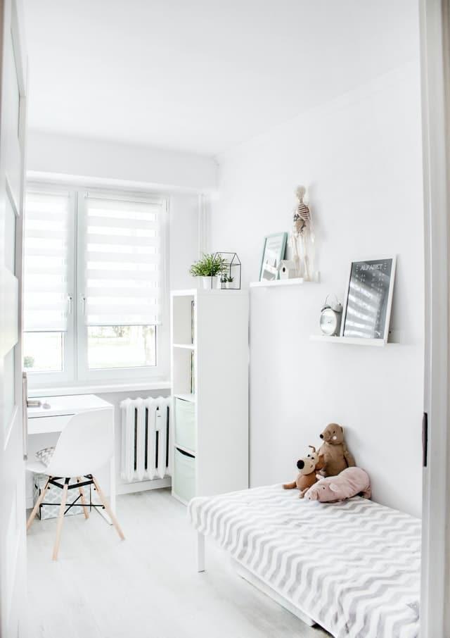 matrac-v-bielej-detskej-izbe-zariadenej-v-minimalistickom-style