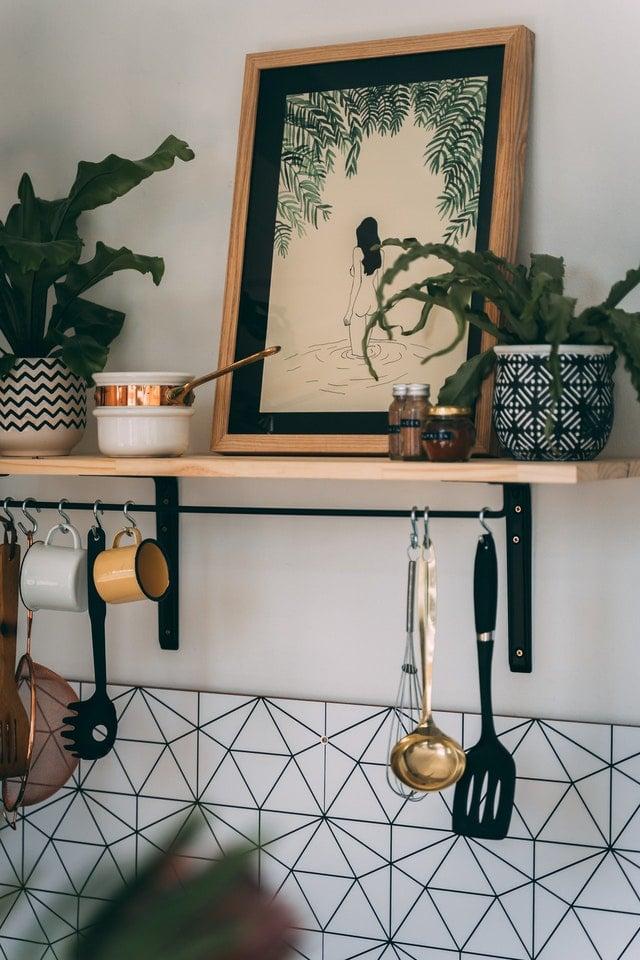 malý-priestor-v-kuchyni-police-na-stene-závesné-systémy-na-hrnčeky-naberačky