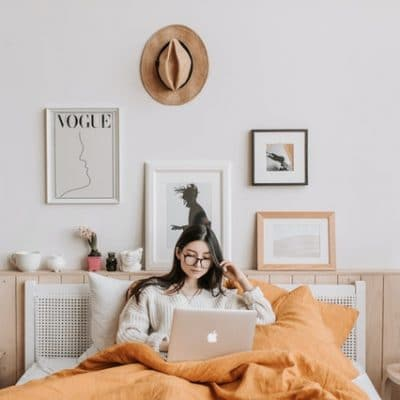 žena-pracuje-z-postele-na-kvalitnom-matraci