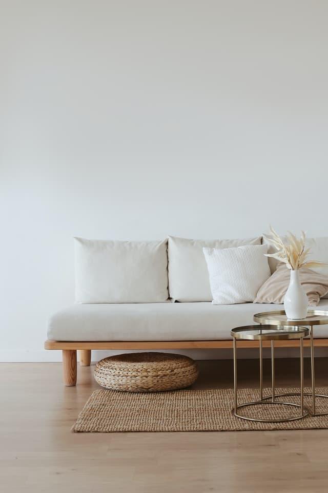 svetle-farby-v-interieri-prirodne-prvky-sedacka-mosadzny-stol