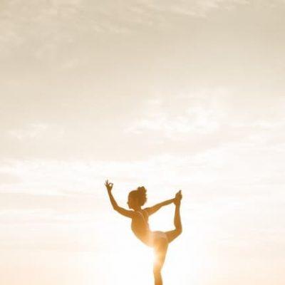 joga pri zapade slnka a zena v pozicii tanecnika