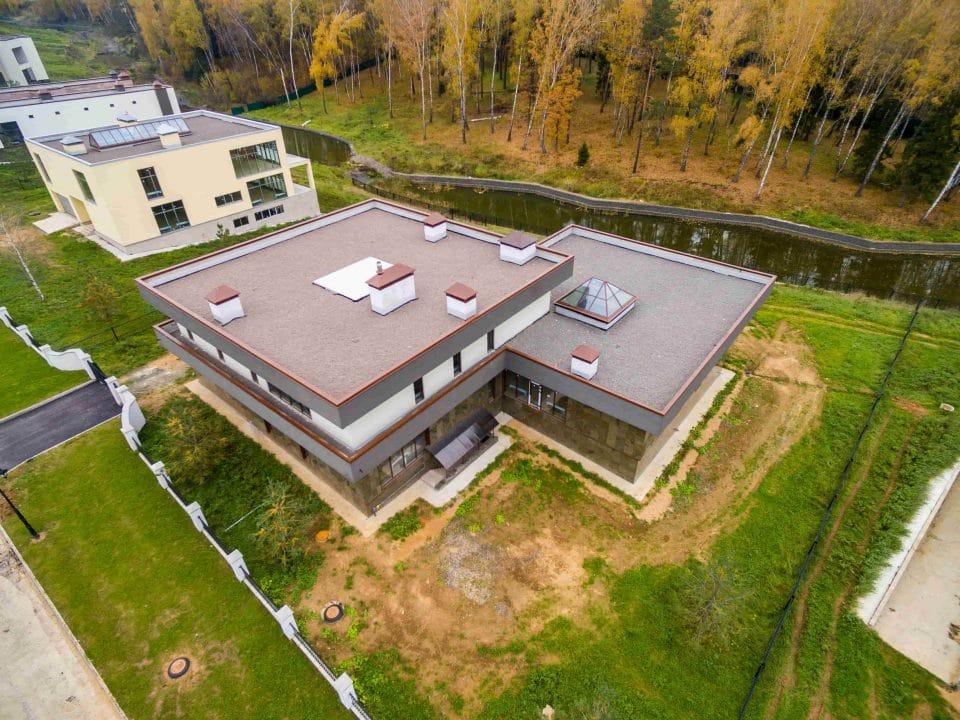 plocha strecha na dome pri lese