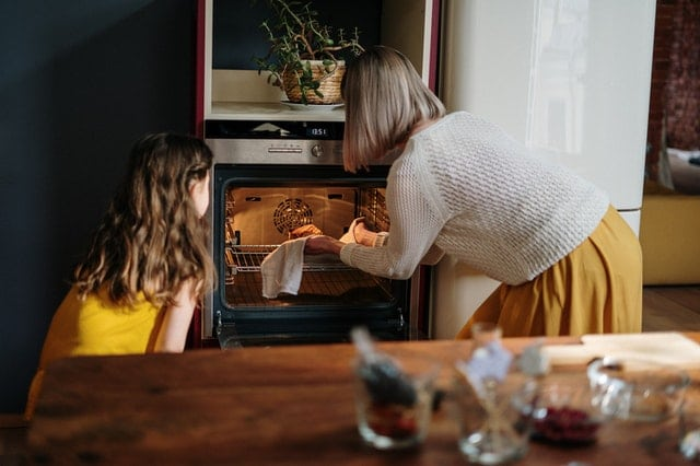 mama s dcerou davaju piect kolac do rury