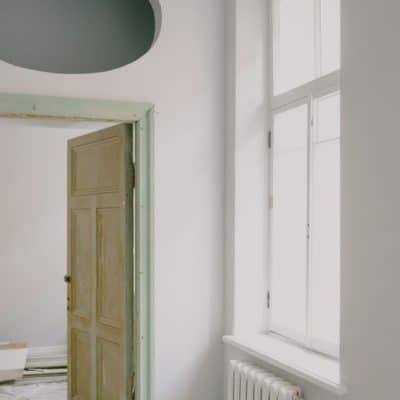 novostavba s velkym oknom a radiatorom
