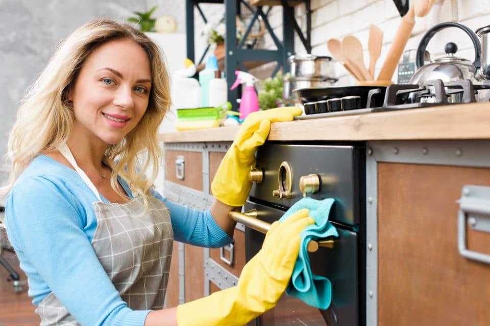 zena cisti kuchynsku ruru zvonku